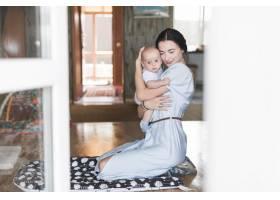 母亲在家中爱护婴儿的肖像_3279852