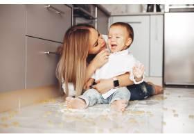 母亲带着儿子在家_3825859