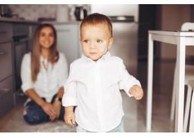母亲带着儿子在家_3825860