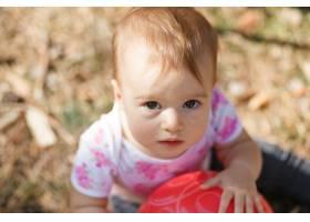 可爱的超重女婴看着摄像机特写一个孩子的_3341316