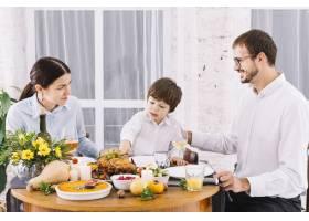 喜庆的餐桌上幸福的一家人_3279046