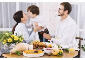 喜庆的餐桌上有快乐的人_3279055