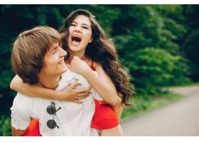 一对可爱的情侣在夏季公园里_3586718