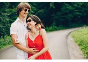 一对可爱的情侣在夏季公园里_3586719