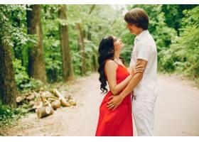 一对可爱的情侣在夏季公园里_3586720