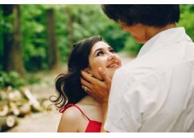 一对可爱的情侣在夏季公园里_3586723
