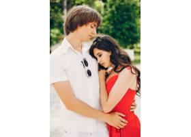 一对可爱的情侣在夏季公园里_3586727