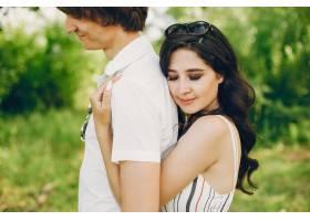 一对可爱的情侣在夏季公园里_3586752