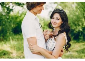 一对可爱的情侣在夏季公园里_3586754
