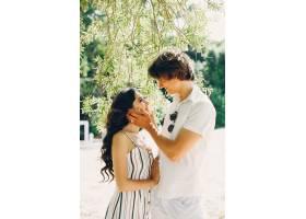 一对可爱的情侣在夏季公园里_3586757