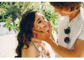 一对可爱的情侣在夏季公园里_3586758