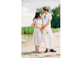 一对可爱的情侣在夏季公园里_3586760