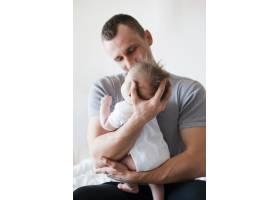 爸爸坐着抱着宝宝_4856645