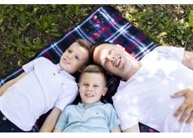 爸爸花时间和他的儿子们在一起_5149433