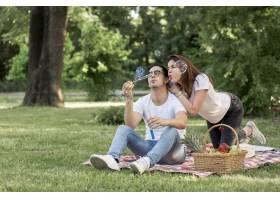 男人和女人在做泡泡玩得很开心_5022739