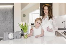 站在白色餐桌旁的母女肖像_4056923