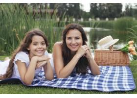 母女俩在湖边摆姿势_4962125