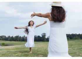 母女俩在湖边玩耍_4962013