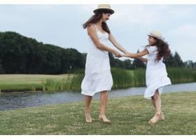 母女俩在湖边玩耍_4962051