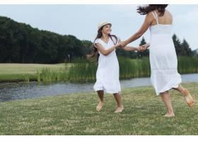 母女俩在湖边玩耍_4962053
