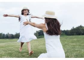母女俩在湖边玩耍_4962054