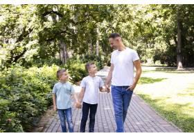 父亲和他的两个儿子在公园里_5110030