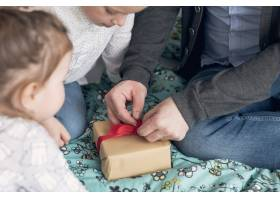 父亲和女儿一起庆祝父亲节_4136345