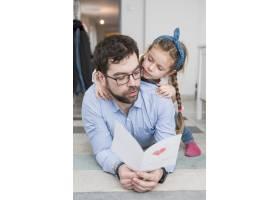 父亲和女儿一起庆祝父亲节_4136388