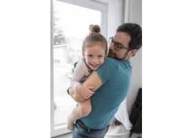 父亲和女儿一起庆祝父亲节_4136391