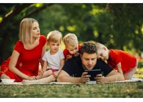 父亲在玩电话孩子们在看_4965124