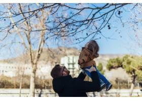 父亲带着孩子在公园里_4251403