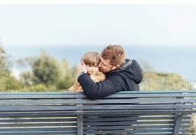 父亲带着孩子在公园里_4251405