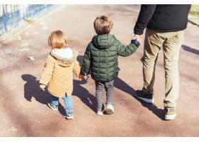 父亲带着孩子在公园里_4251408