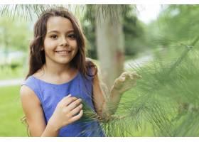 微笑的女孩在大自然中摆姿势_4962285