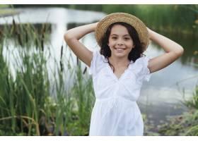 微笑的女孩在湖边摆姿势_4962073