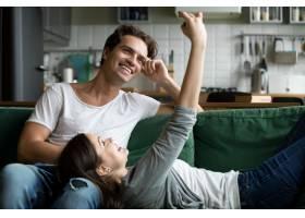 微笑的情侣在家中用智能手机自拍_3954438