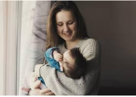 快乐的女人怀里抱着孩子_4124141