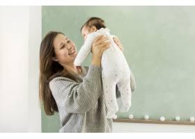 快乐的妈妈带着可爱的宝宝玩耍_4142193