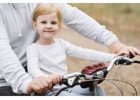 快乐的小女孩和爸爸骑自行车合影_4984105