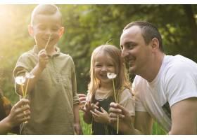 快乐的父亲带着孩子在大自然中_4758792