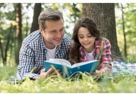 快乐的父女在公园一起看书_4975829