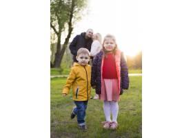 快乐的父母带着孩子在大自然中_4758734