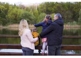 快乐的父母带着孩子在大自然中_4758788