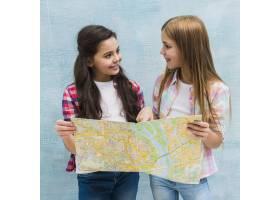 手持地图的漂亮女孩互相看着_4112490