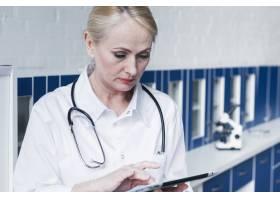 拿着听诊器和平板电脑的医生_4506015