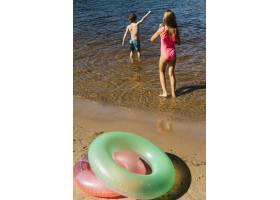 小孩子们在海滩上玩水_4936792