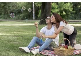 年轻夫妇在野餐时泡泡_5022738