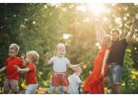年轻快乐的一家人在公园里玩得很开心_4961082