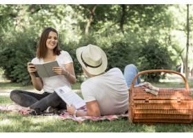 年轻情侣在公园里看书_5022719