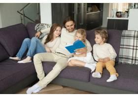 幸福的家庭孩子们一起坐在沙发上看书_3938138